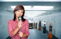 Vrouw met microfoon en audiosysteem Stock Afbeeldingen
