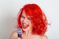Vrouw met microfoon Vrouwelijke grappige zanger die op mic gillen royalty-vrije stock foto