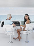 Vrouw met Midden Oude Man Zitting bij Roer van Jacht royalty-vrije stock foto