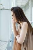 Vrouw met milde spanning, zorg en bedroefdheid Stock Foto