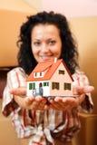 Vrouw met miniatuurhuis Royalty-vrije Stock Afbeelding