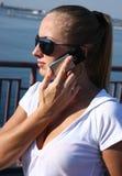 Vrouw met mobiel Royalty-vrije Stock Afbeeldingen