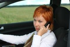 Vrouw met mobiel in auto royalty-vrije stock foto