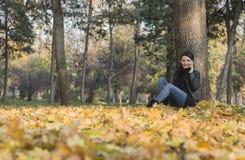 Vrouw met Mobiel in een Bos in de Herfst royalty-vrije stock afbeelding