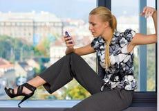 Vrouw met mobiele telefoon Royalty-vrije Stock Fotografie