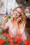 Vrouw met mobiele telefoon Royalty-vrije Stock Foto's