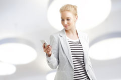 Vrouw met Mobiele Telefoon Stock Afbeelding
