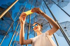 Vrouw met mobiele telefoon op moderne samenvatting Stock Afbeeldingen