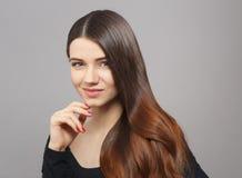 Vrouw met modern kapsel in studio royalty-vrije stock afbeeldingen