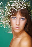 Vrouw met moderne krullende kapsel en helder mak Stock Afbeelding