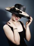 Vrouw met modieuze hoed Stock Foto's
