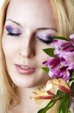 Vrouw met modieuze make-up en bloemen Stock Afbeelding