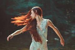 Vrouw met mooi blazend haar stock fotografie