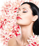 Vrouw met mooi gezicht en verse bloemen Stock Foto's