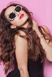 Vrouw met mooi haar die zonnebril en het stellen dragen Royalty-vrije Stock Fotografie