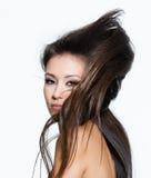 Vrouw met mooi lang creatief kapsel Stock Afbeelding