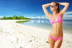 Vrouw met mooi lichaam bij strand Stock Afbeelding