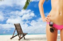 Vrouw met mooi lichaam bij strand royalty-vrije stock foto's