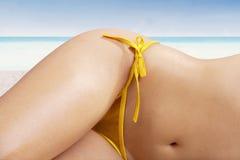 Vrouw met mooi lichaam bij strand royalty-vrije stock afbeelding