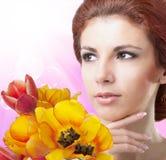 Vrouw met Mooie tuin verse kleurrijke tulpen Royalty-vrije Stock Afbeeldingen