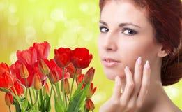 Vrouw met Mooie tuin verse rode tulpen Royalty-vrije Stock Fotografie