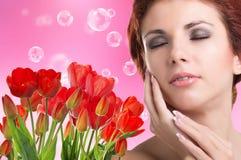 Vrouw met Mooie tuin verse rode tulpen Royalty-vrije Stock Afbeeldingen