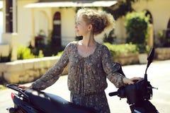 Vrouw met motorfiets royalty-vrije stock foto's