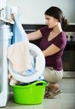 Vrouw met muffe handdoeken stock afbeelding