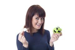 Vrouw met muntstuk en spaarvarken Royalty-vrije Stock Foto