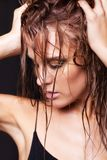 Vrouw met natte het glanzen make-up en gesloten ogen op zwarte backgrou Stock Fotografie