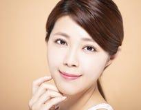 vrouw met natuurlijke make-up en schone huid stock afbeelding