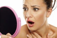 Vrouw met neus het aftappen stock afbeelding