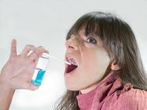 Vrouw met nevelautomaat voor keelpijn Stock Foto's