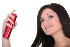Vrouw met neveldeodorant stock foto's