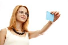 Vrouw met nota Stock Foto