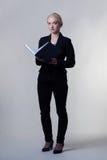 Vrouw met notaboek Stock Afbeelding