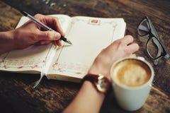 Vrouw met notaboek in openlucht stock fotografie