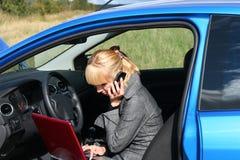 Vrouw met notitieboekje in auto Stock Fotografie