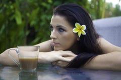 Vrouw met ochtendkoffie stock afbeelding