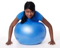 Vrouw met oefeningsbal Royalty-vrije Stock Foto's