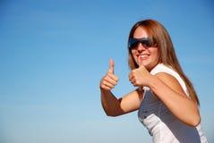 Vrouw met omhoog duimen Stock Afbeeldingen