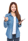 Vrouw met omhoog tablet en duim Stock Afbeeldingen