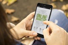 Vrouw met onnline markting telefoon in het park Royalty-vrije Stock Afbeeldingen