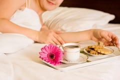Vrouw met ontbijt in bed royalty-vrije stock foto's