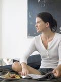 Vrouw met Ontbijt en Krant op Bed Royalty-vrije Stock Fotografie