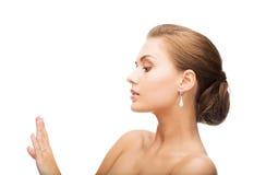 Vrouw met oorringen en trouwring royalty-vrije stock foto's