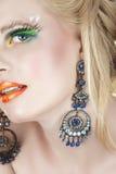 Vrouw met oorringen en valse zwepen Royalty-vrije Stock Afbeeldingen