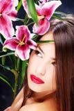 Vrouw met oosterse bloemen Royalty-vrije Stock Fotografie