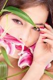 Vrouw met oosterse bloemen Stock Afbeelding