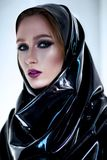 Vrouw met oosterse make-up en zwart latex hijab Royalty-vrije Stock Fotografie
